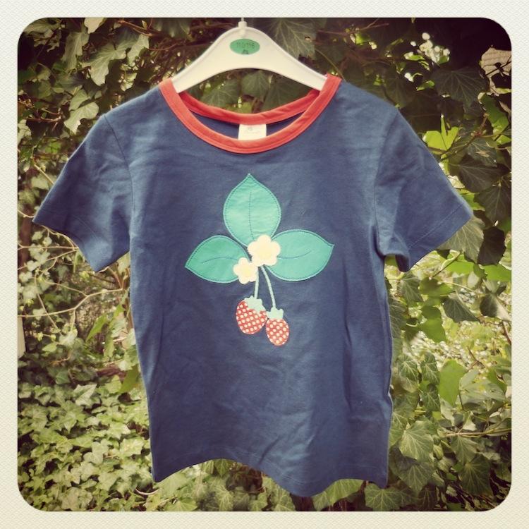 76f685ea45ca00 Erdbeeren gehören einfach zum Sommer. Dieses blaue T-Shirt mit der hübschen  Applikation verlosen wir in Größe 86.